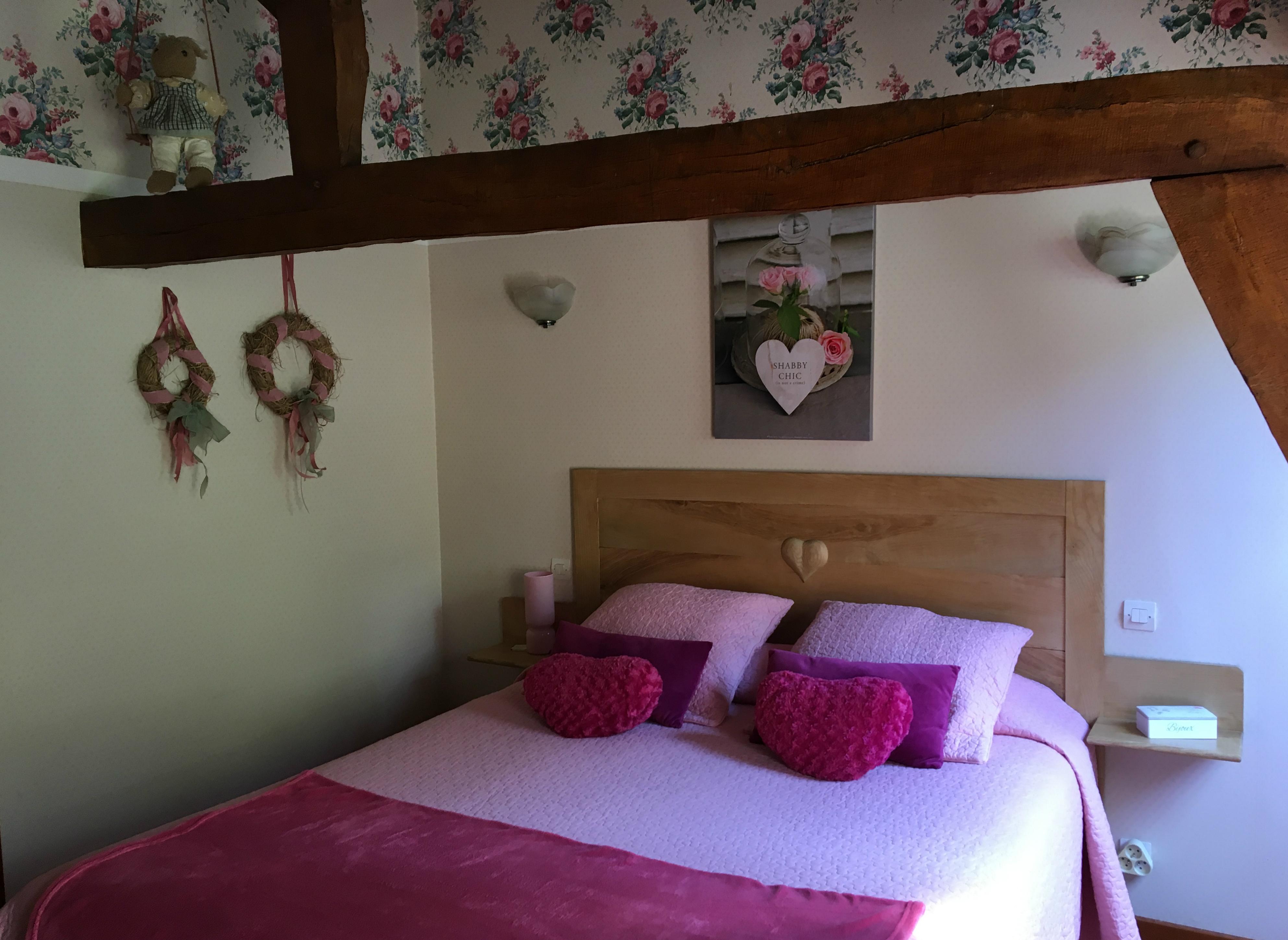 Chambre avec lit double de l'hôtel ferme des chartroux