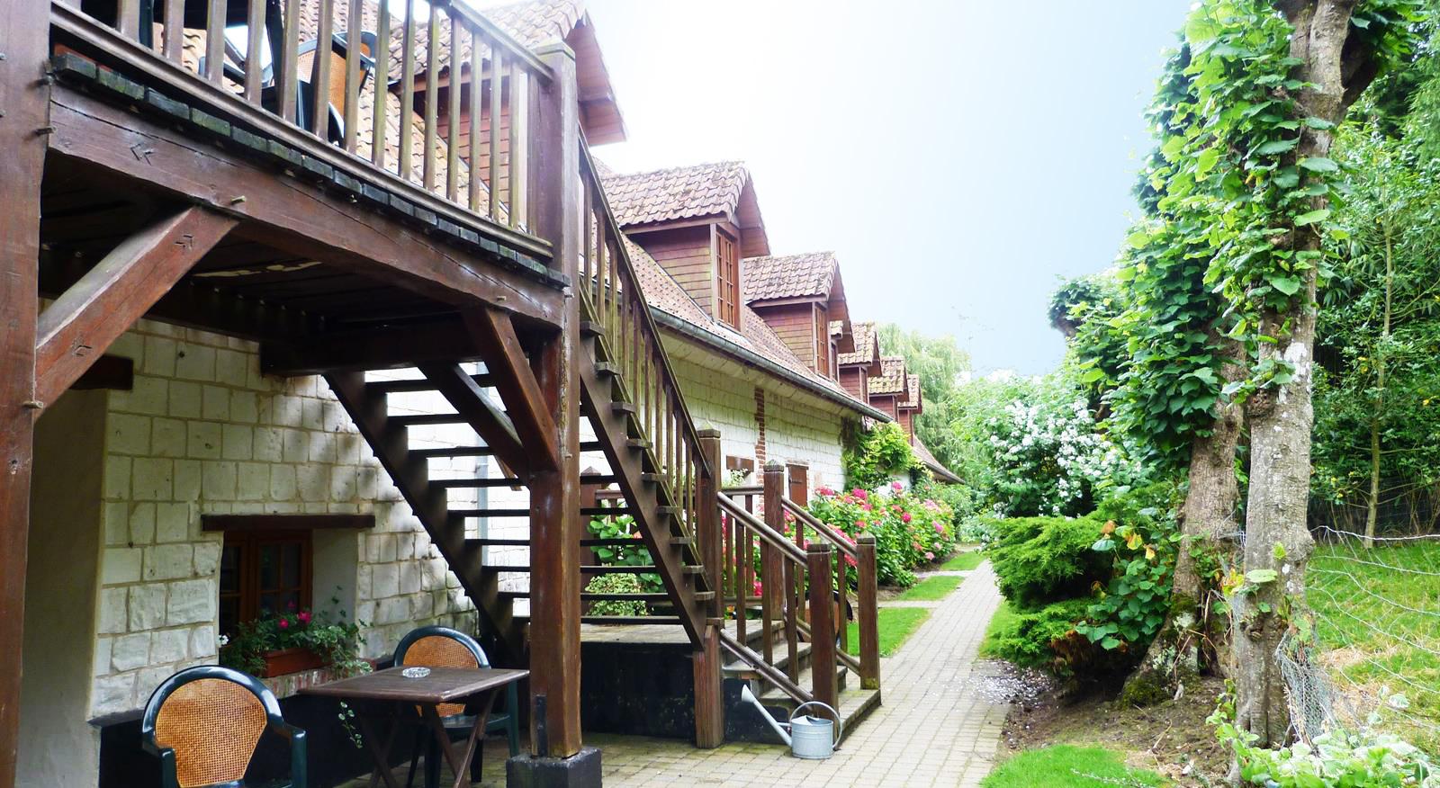 Accès aux 6 chambres d'hôtels et terrasse de la freme des chartroux