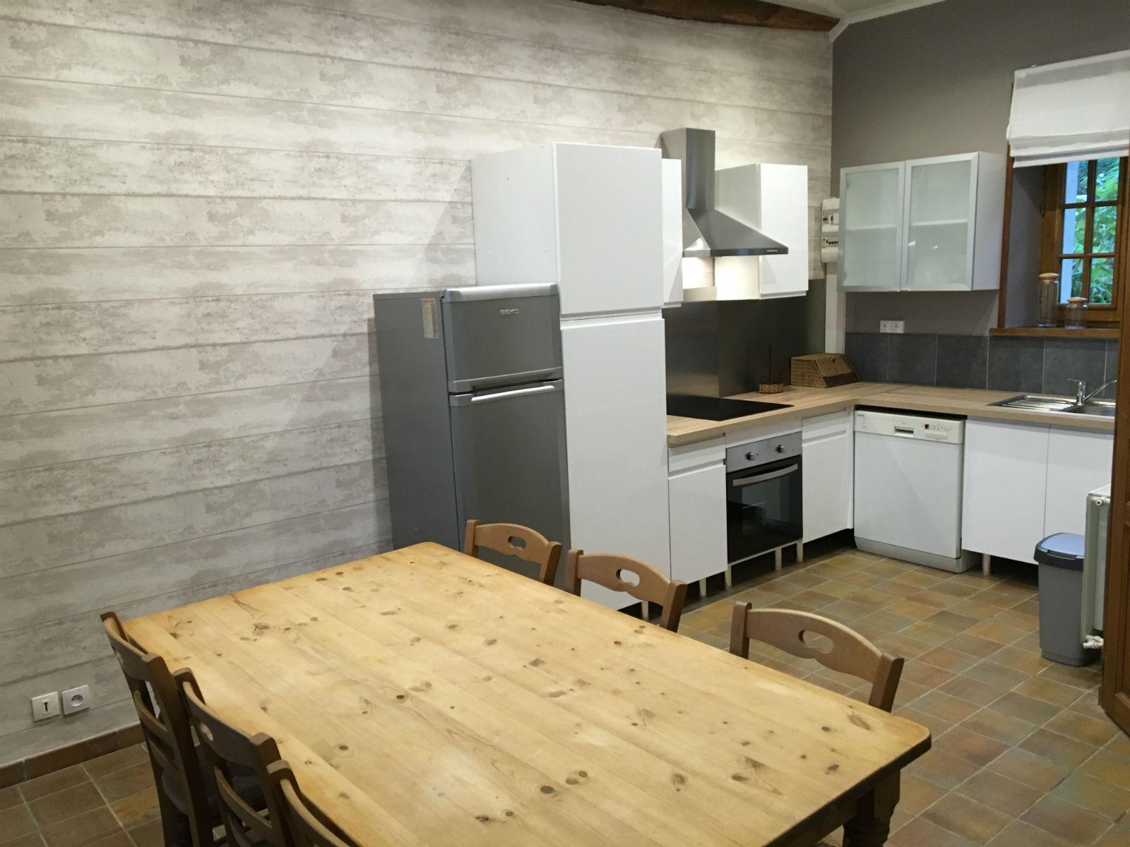 Pièce à vivre ouverte : espace cuisine et salle à manger.